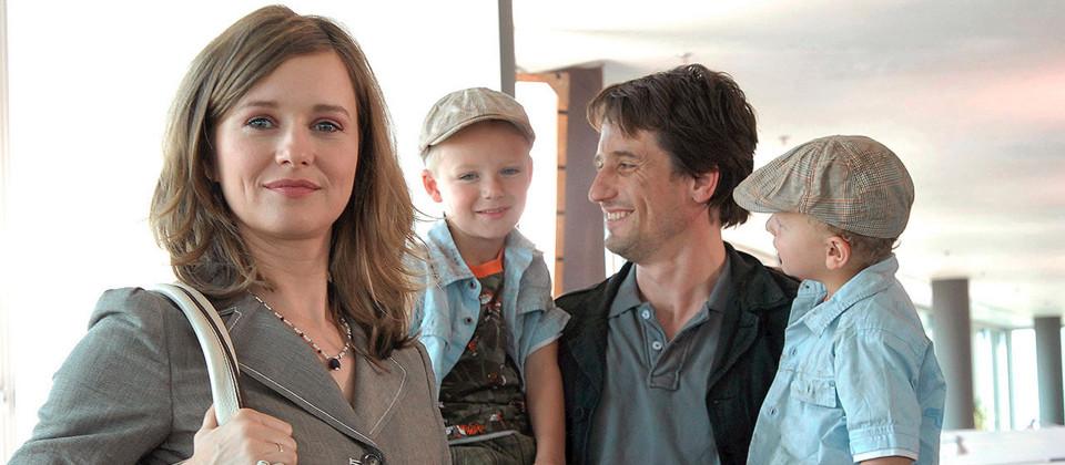 Eine Frau mit einem Mann und zwei Kindern