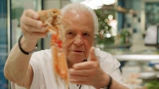 Der Star-Koch Eckart Witzigmann an einem Verkaufstresen