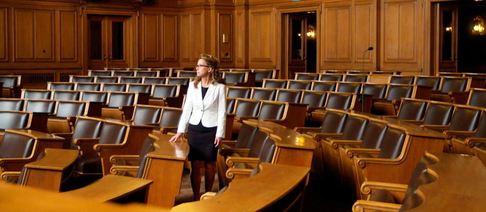 Präsidentin Carola Veit steht im leeren Sitzungssaal der Hamburger Bürgerschaft.