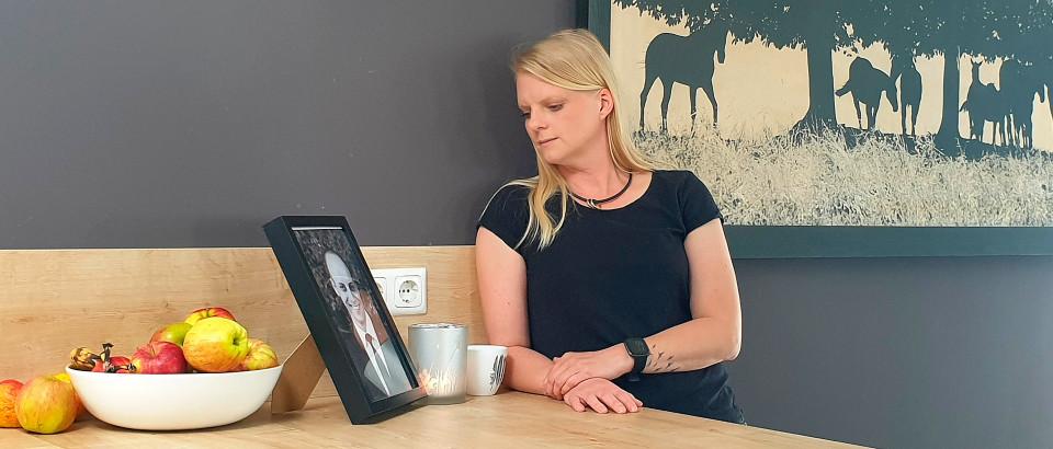 Frau mit Bild ihres verlorenen Partner