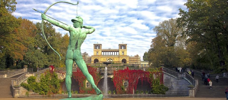 Orangerie im Hintergrund, Hermes, Bild: imago images / Aurora Photos