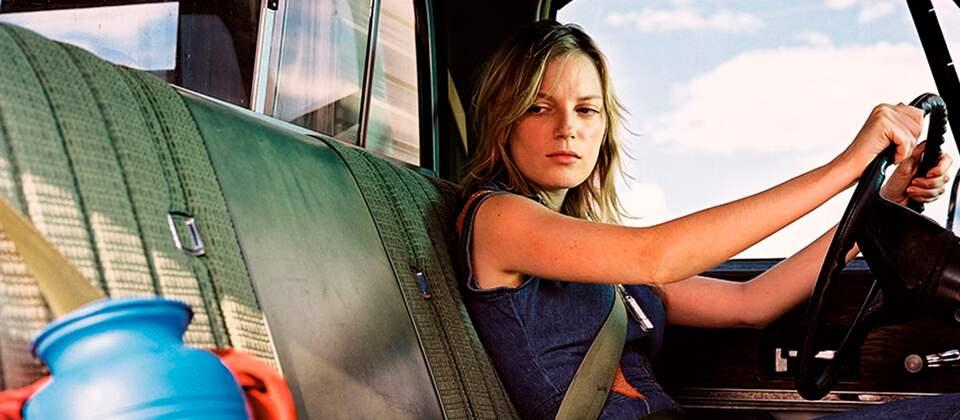 """""""Don't Come Knocking"""" ist ein Roadmovie in leitmotivischem Blau und Rot."""