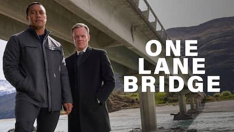 """In der neuseeländischen Serie One Lane Bridge spielt geht es um Ariki Davis. Dieser ist ein Māori Detektiv mit übernatürlichen Kräften. Der von den Cook Islands stammende Ermittler verfügt über die Gabe des """"matakite"""" - er kann tote Menschen sehen."""