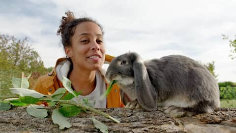 Pia mit einem Widderkaninchen