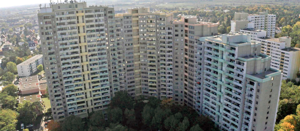 Die Elsa-Brändström-Straße 4-10 in Mainz-Gonsenheim. Das Hochhaus hat 610 Wohnungen. In dem ganzen Viertel wohnen etwa 5000 Menschen aus vielen verschiedenen Nationen.