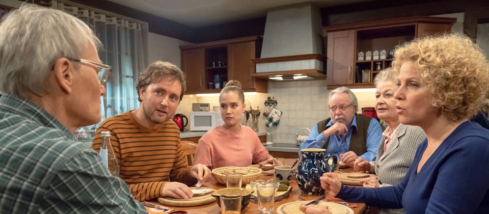 Oliver legt die Karten auf den Tisch und verrät der Familie, wer er wirklich ist - der Enkel von Johannas Halbbruder. V.li.: Karl (Peter Schell), Oliver (David Liske), Katharina (Anne-Marie Lux), Hermann (Wolfgang Hepp), Johanna (Ursula Cantieni) und Bea (Christiane Brammer).
