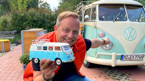 Reporter Friso Richter vor VW-Bus