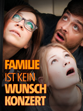 Gro Swantje Kohlhof, Sebastian Fräsdorf und Karin Hanczewski schauen aus einem Fenster heraus nach oben