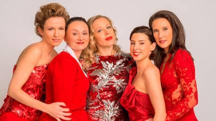 V.l.n.r. Sabine Herold (Adina Vetter), Maria Schneider (Gerti Drassl), Nicoletta Huber (Nina Proll), Caroline Melzer (Martina Ebm), Waltraud Steinberg (Maria Köstlinger).