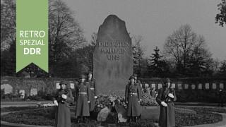 Gagarin bei Kranzniederlegung in der Gedenkstätte der Sozialisten