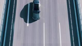 Auto von oben auf leerer Straße
