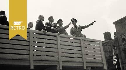 US Präsident John F. Kennedy (M) bei seinem Besuch in Berlin am 26.06.1963 auf einer Aussichtsplattform an der Berliner Mauer. Zweiter von links Bundeskanzler Konrad Adenauer mit dem Rücken zum Betrachter, links neben Kennedy der Regierende Bürgermeister Willy Brandt.