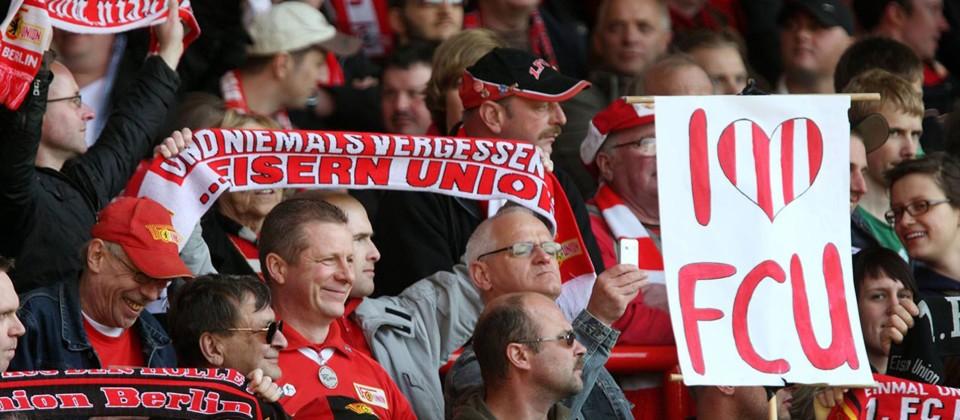 Fans des 1. FC Union Berlin auf der Zuschauertribüne. (Quelle: imago/Marius Schwarz)