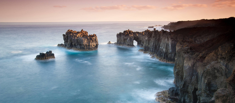 Klippen an der Küste von El Hierro, Foto: imago images / Bluegreen Pictures