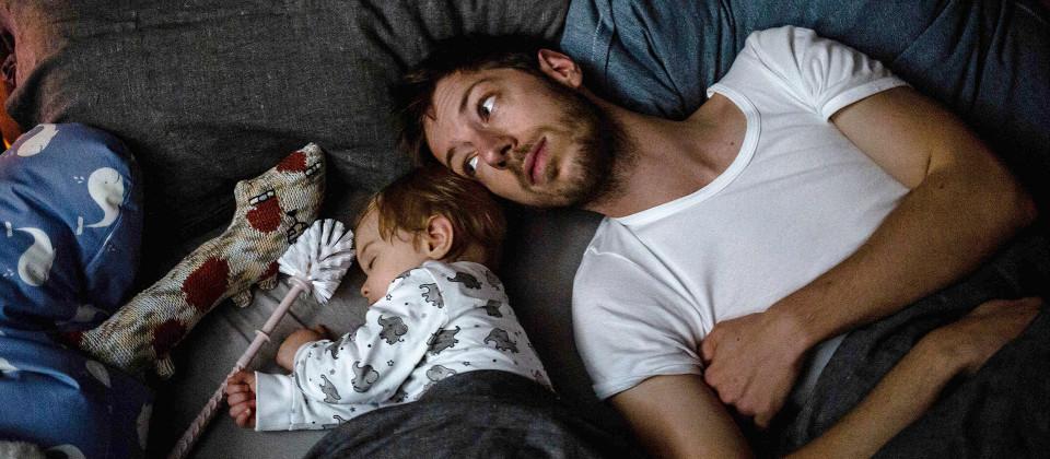 Mann mit einem Baby