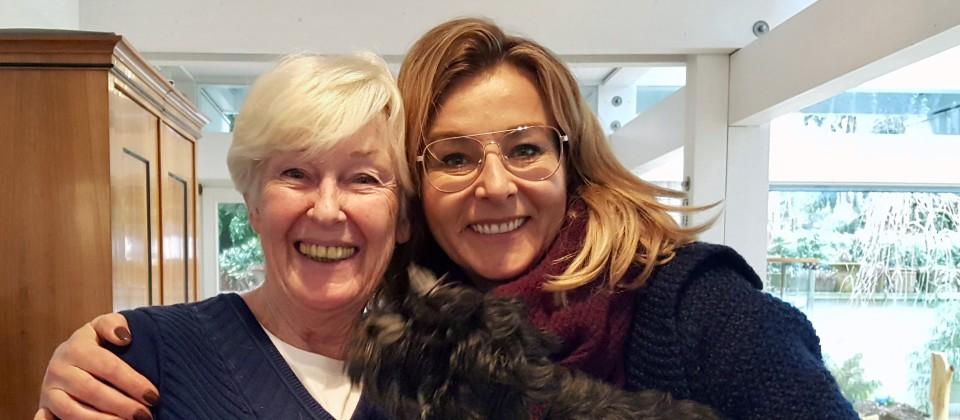 Trainerin Astrid Lutz mit Rita und Zwergschnauzer Jule. | Bild: BR/rbb/Claudia Richarz