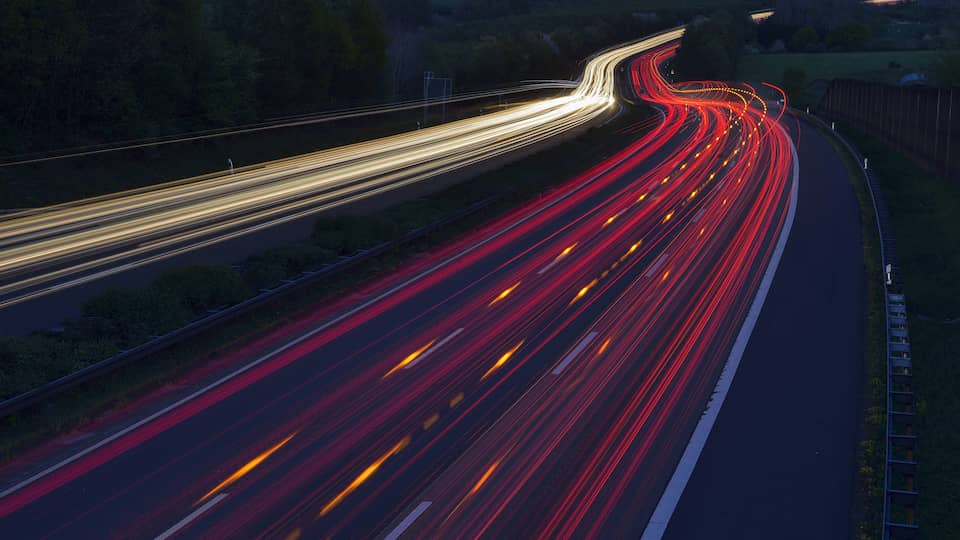 Lichtstreifen auf Straße bei Nacht | Unser Verkehr · Unterwegs in die Zukunft
