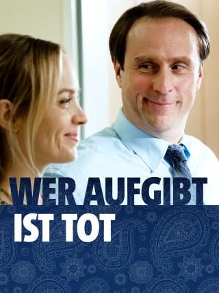 """Lohmann (Bjarne Mädel) und Engel Angie (Friederike Kempter) lächeln sich an (Szene aus """"Wer aufgibt ist tot"""")."""