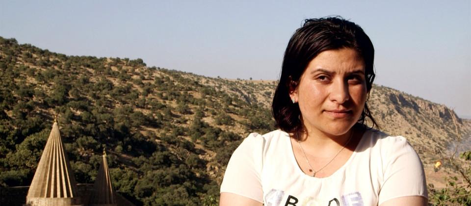 hirin, Jesidin in Lalish, dem Heiligtum der Jesiden im Nordirak. Shirin ist eine der Hauptprotagonistinnen. Sie ist vom IS gefangen gehalten und missbraucht worden und mit einem Hilfsprogramm des Landes Baden-Württemberg nach Deutschland gekommen.