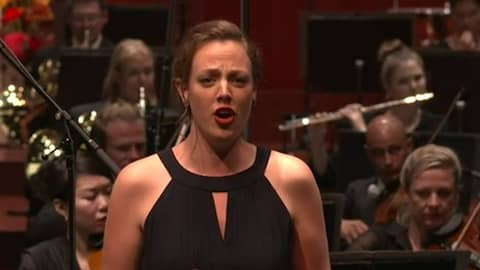Klassische Sängerin vor Orchester