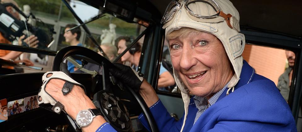 Die ehemalige Rennfahrerin Heidi Hetzer posiert am 24.07.2014 in Berlin an einem Hudson Great Eight Oldtimer mit dem Baujahr 1930. Foto: dpa