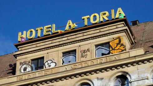 """Ein heruntergekommenes Gebäude mit der zerfallenen Leuchreklame """"Hotel Astoria"""""""