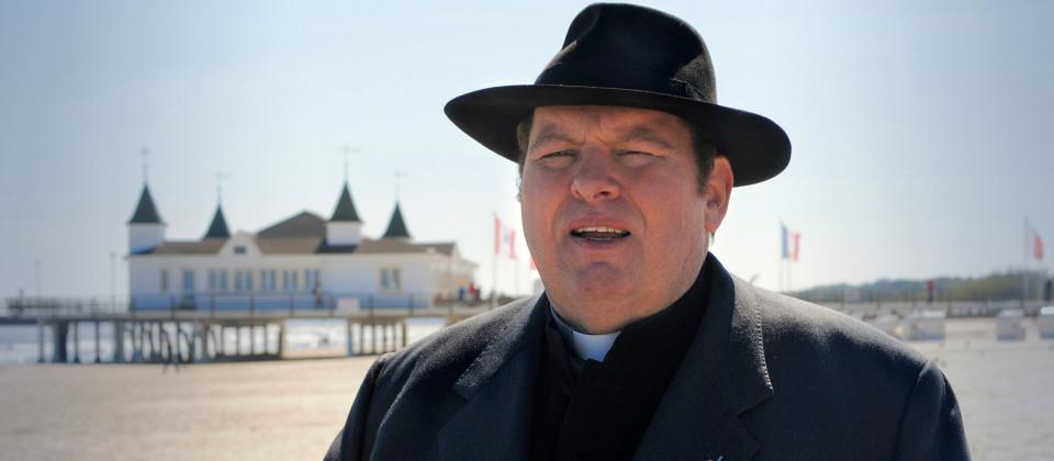 Otfried Fischer als Pfarrer Braun, Foto: ARD Degeto/Reiner Bajo