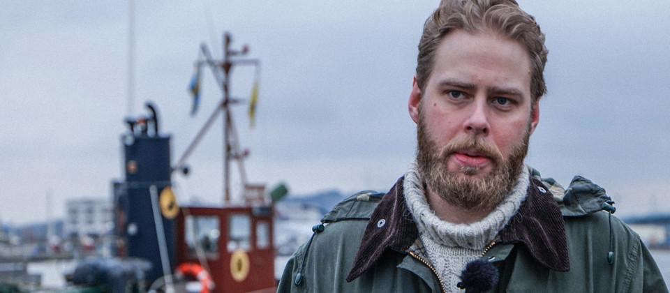 Dokumentarfilmer Henrik Evertsson vor einem Schiff.