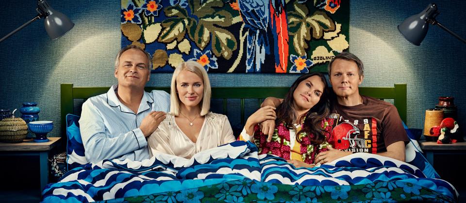 Fredde Schiller (Johan Rheborg), Mikaela Schiller (Josephine Bornebusch), Anna Svensson (Mia Skäringer) und Alex Löfström (Felix Herngren).