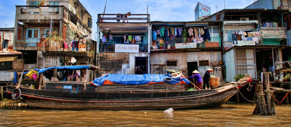 Holzhütten in einem Slum in Ho Chi Minh City (Saigon), Vietnam. (Quelle: imago images / Danita Delimon)