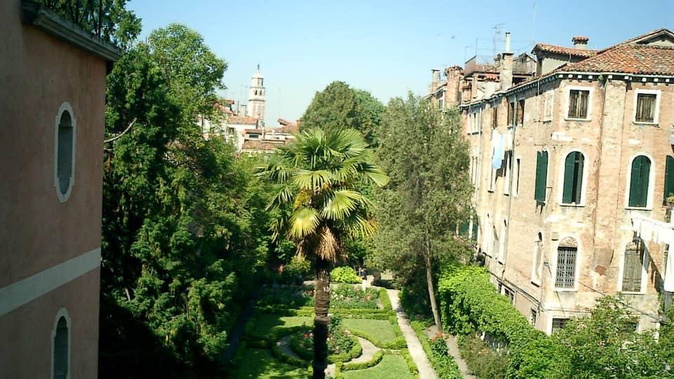 Blick in den Lucheschigarten in Venedig. Er grenzt an den Palazzo Nani Bernardo aus dem 16. Jahrhundert. | Bild: BR/Gaby Imhof-Weber