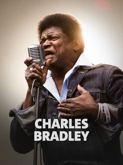 """Der Soul und Funk Musiker Charles Bradley steht auf der Bühne, performt mit seiner Band """"Charles Bradley & his Extraordinaires""""."""