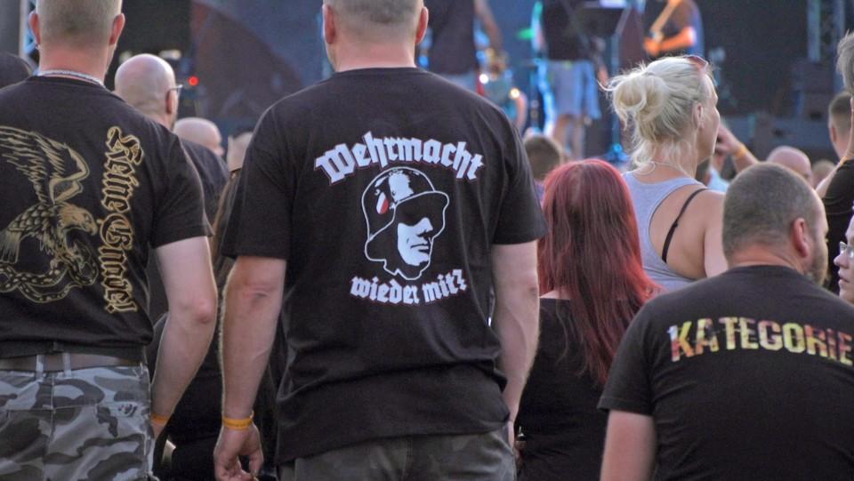 Shirts wie dieses - auf dem Schild und Schwert Festival keine Seltenheit.