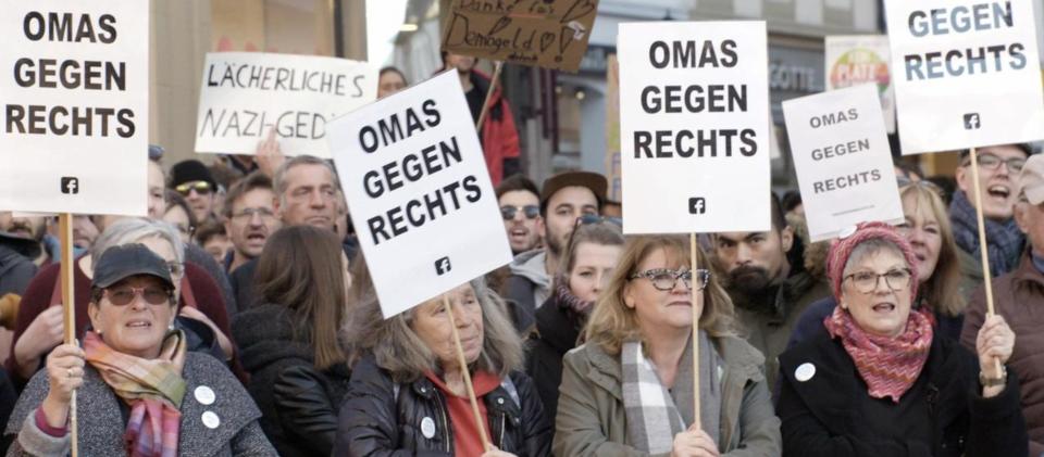 """""""Rabiat: Deutschland den Deutschen?"""" besucht """"OMAS GEGEN RECHTS"""", eine zivilgesellschaftliche überparteiliche Initiative, hier auf einer Demo in Fulda."""