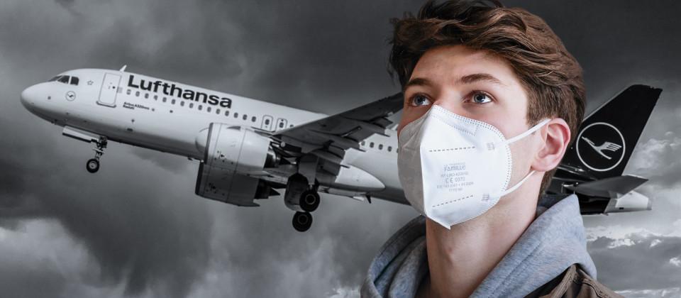 Protagonist Lukas schaut nach oben. Im schwarzweißen Hintergrund steigt eine Lufthansa-Maschine in den Himmel.