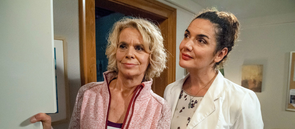 Kati (Christiane Bachschmidt, li.) möchte ihrer Mutter zu Weihnachten etwas ganz Besonderes schenken und überlegt hier mit Monique (Anne von Linstow).
