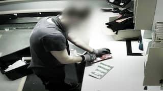 Ein Amazon-Mitarbeiter vernichtet Neuwaren.