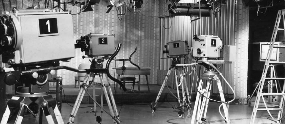Ein Studio mit verschiedenen Kameras und Scheinwerfern